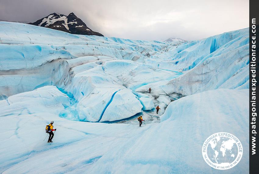 2013年 チリ・パタゴニアの氷河を進むTeam EASY WIND(PHOTO:PatagonianExpeditionRace)