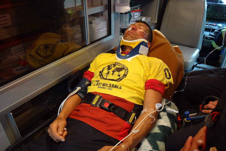 パタゴニアでのレース中に自転車で転倒して救急搬送中の田中正人さん(PHOTO:田中陽希)