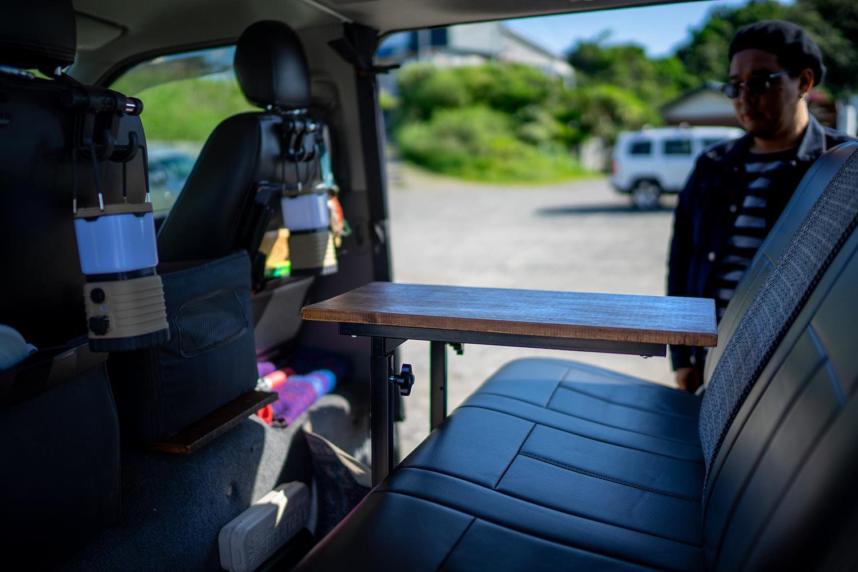 車内に一つあると、何かと便利なテーブル。このサイズ感がちょうど良い。