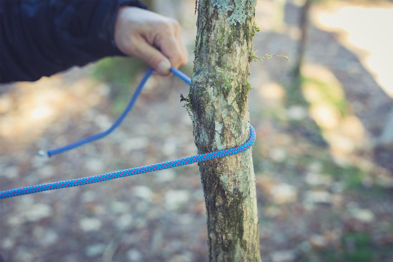 巻き結び①ロープの端を少し長めに出して支柱に巻き付ける