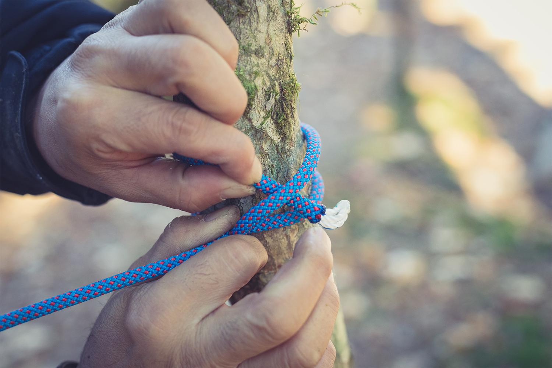 巻き結び③軸のロープと交わった初めの接点がズレないように指で押さえながら、同じ方向にもう一度ゆるく巻き付けてできたループに通す