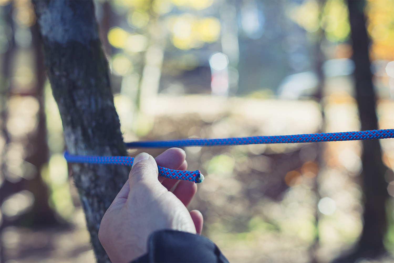 もやい結び①木を支点にロープを巻き付ける