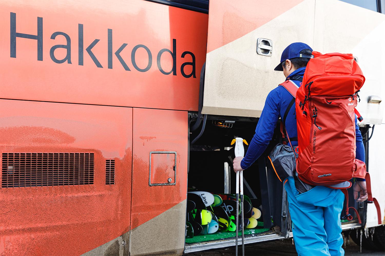 国立公園内にある酸ヶ湯温泉のバス。スキーヤーのためにスキー場との巡回を行っている