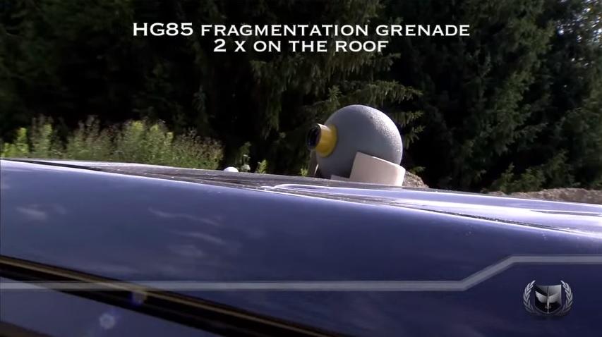 屋根に手榴弾を置かれたランドクルーザー