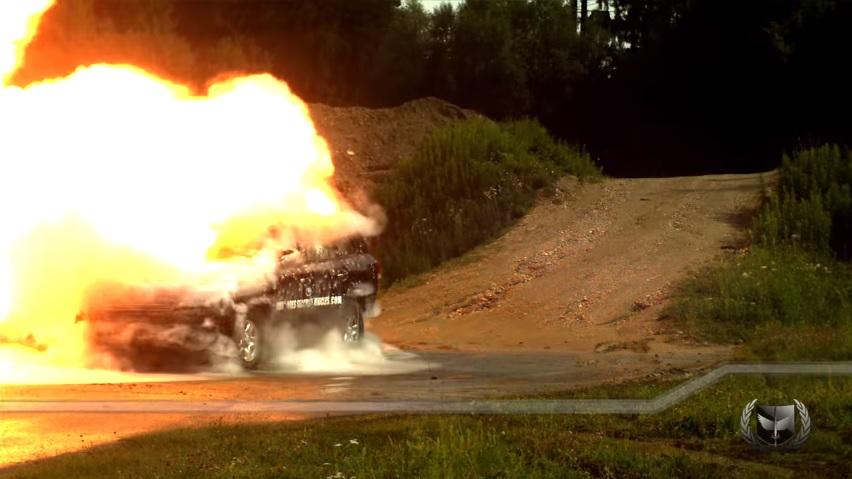 車の近くで爆弾が爆発しても大丈夫なランドクルーザー