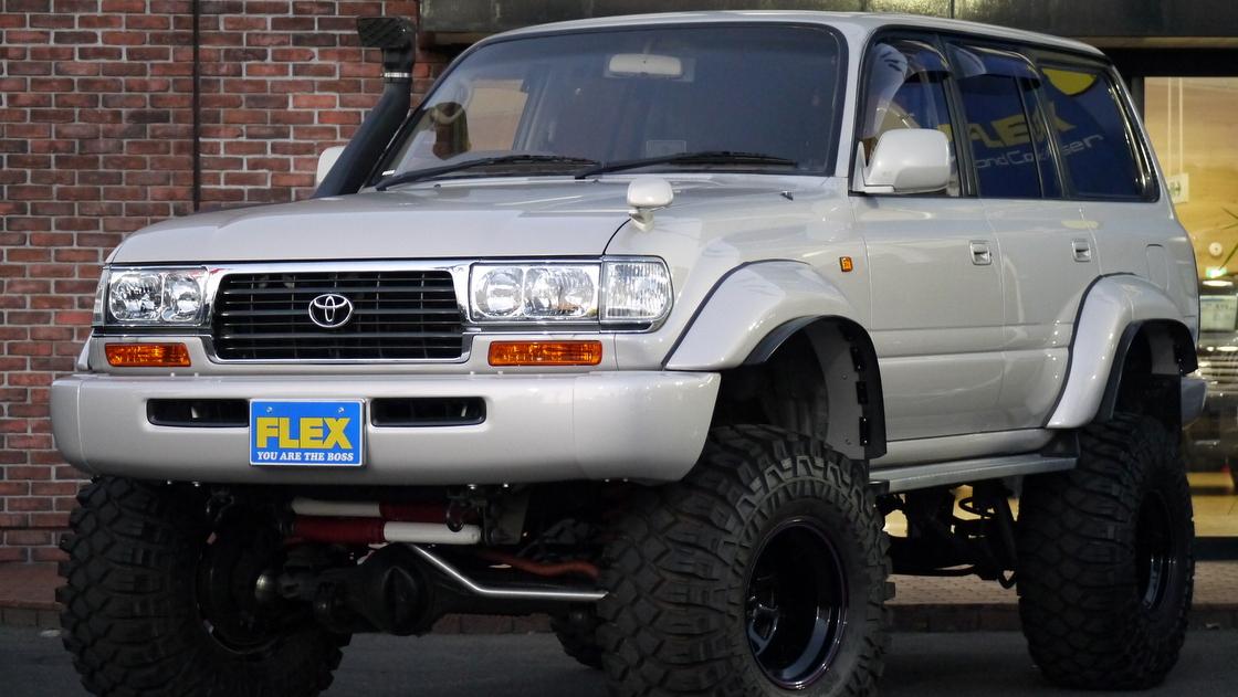 【車好き必見】カスタム多数、限界までリフトアップされた最終型のトヨタ ランクル80