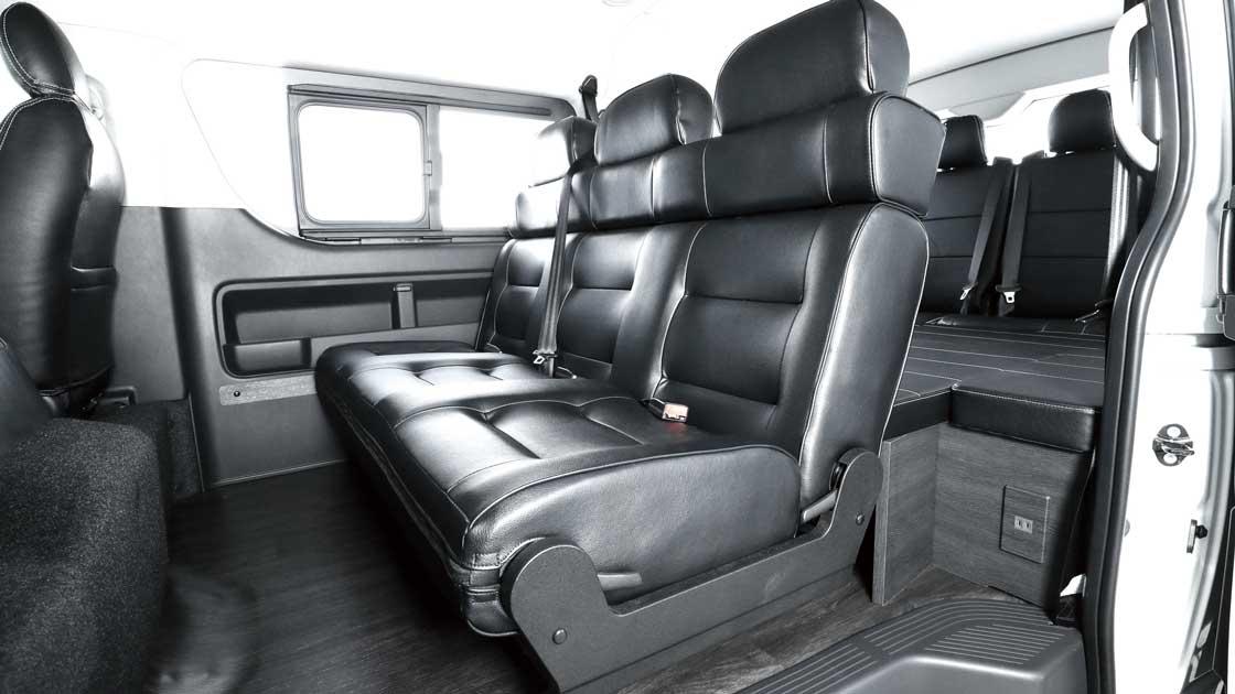 ver2_1_セカンドシートに対面・フルフラット可能なオリジナル3人掛け1400幅シートを採用したことで、様々なシートアレンジが可能に